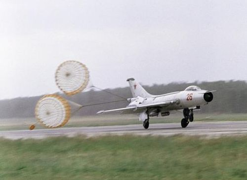 TThe 274th Fighter-Bomber Air Regiment's Su-7BKL Fitter-A supersonic bomber landing in 1967 on the Domodedovo Air Show