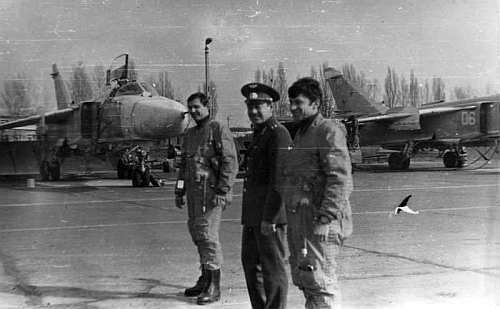 Soviet Tactical Air Force's 7th Bomber Air Regiment, Starokonstaninov ground crew and pilots front of his Su-24M Fencer-D