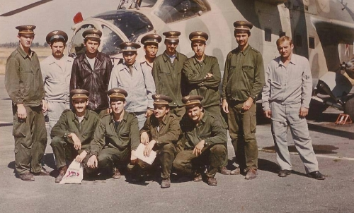 Young Hungarian pilots and Soviet trainers in front of theirs Mi-24DU Hind-D trainer combat helicopter in Frunze-1 AB in eighties.. Photo: Zombor Istvan