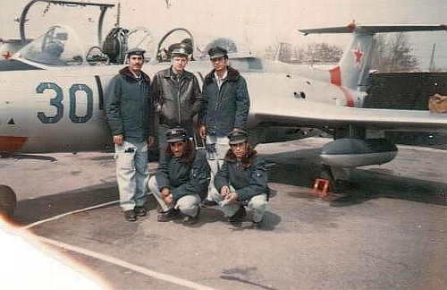 Yemen pilots and Soviet trainer in front of their L-29 Delfin aircraft in 1979 at Kant airport